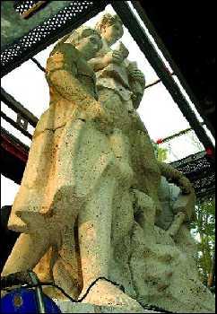 Escultura de Manuel Álvarez Laviada que estaba en la fachada del INP