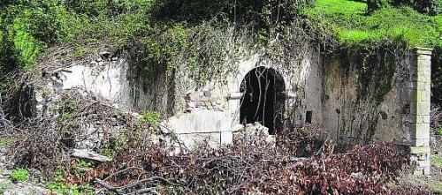 La capilla de Logrezana, tomada por la Maleza (foto Braulio Fernández, La Nueva España)
