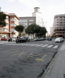 Al fondo el que iba a ser Albergue y Clínica Infantil, ahora provisional palacio de justicia (foto Ucha, El Comercio)