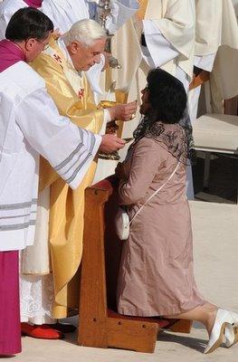 Benedicto XVII dando la comunión