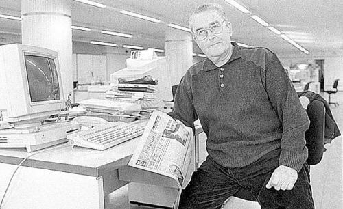 El periodista Bastián Faro, con un ejemplar del diario VOLUNTAD, en la redacción de «La Nueva España» de Gijón en febrero de 1998 (foto Marcos León, LNE)