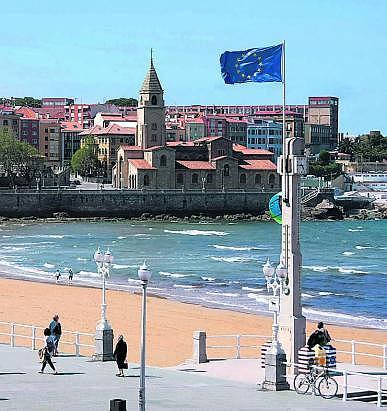 La bandera pirata de la UE ondea en la Escalerona