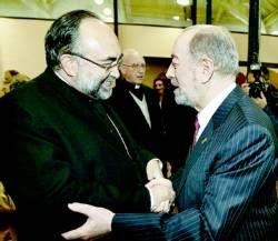 Jesús Sanz recibe las felicitaciones de Gabino de Lorenzo