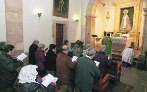 El padre José Miguel Marqués vuelto hacia el altar, durante la misa oficiada ayer. :: CITOULA