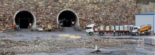La boca de los túneles en La Pola de Gordón, en una foto de esta misma semana, apenas tiene movimiento a la espera de que Fomento centre la actuación. JESÚS