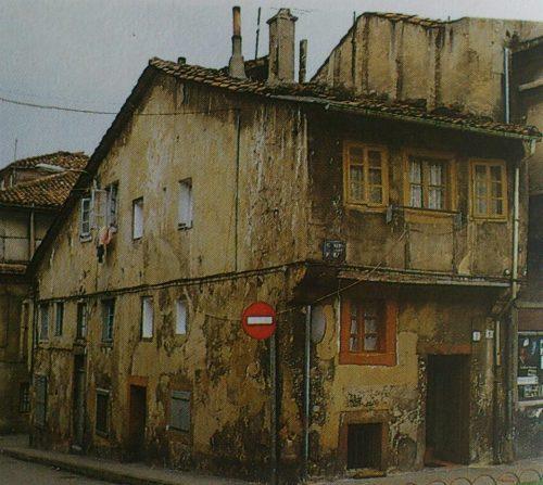 Vivienda del siglo XVI en el Campo de las Monjas, en la década de 1980 (Guía de Gijón, Silverio Cañada). Derribada.