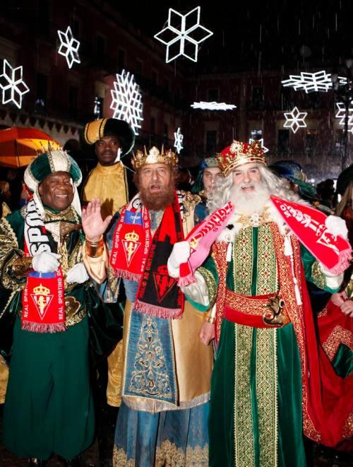 De izquierda a derecha: Baltasar, Gaspar y Melchor, los Reyes Magos de Oriente, en la Plaza Mayor de Gijón, al término de la cabalgata. (Foto Juan Plaza, La Nueva España)