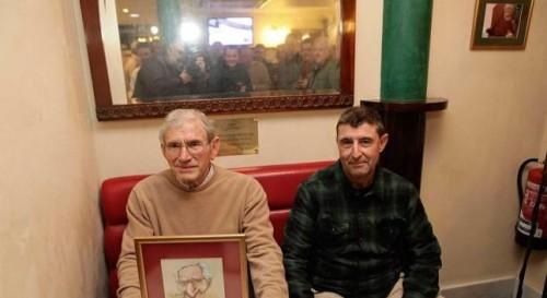 Garrucho, con la caricatura del periodista, y Víctor Manuel Pérez, sobrino de Las Clotas, sentados en el rincón habitual del Café Central que ocupaba el homenajeado.