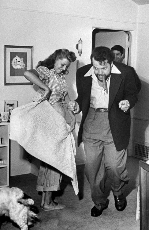 Rita Hayworth torea a Orson Welles