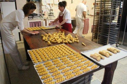 Artesanas del horno de Luanco, durante el proceso de elaboración artesanal de las marañuelas. / P. G.-P.