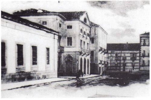 Calle Jovellanos, década de 1850. En primer plano, a la izquierda, el Antiguo Instituto; a continuación, el primer Teatro Jovellanos. Al fondo, la calle de los Moros
