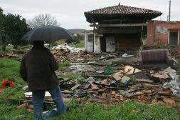 Hórreos y paneras derribados por la ZALIA en San Andrés de los Tacones en 2009 (foto Luis Sevilla, El Comercio)